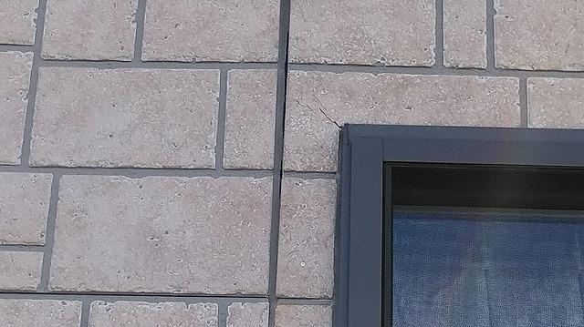 窓枠の左上のひび割れとコーキングの剥離