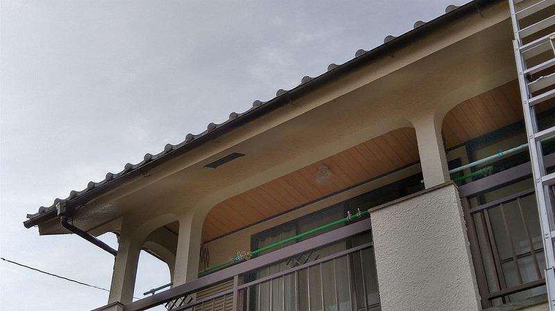 高崎市で平瓦がはずれていたり棟の漆喰が欠けている瓦屋根を調査