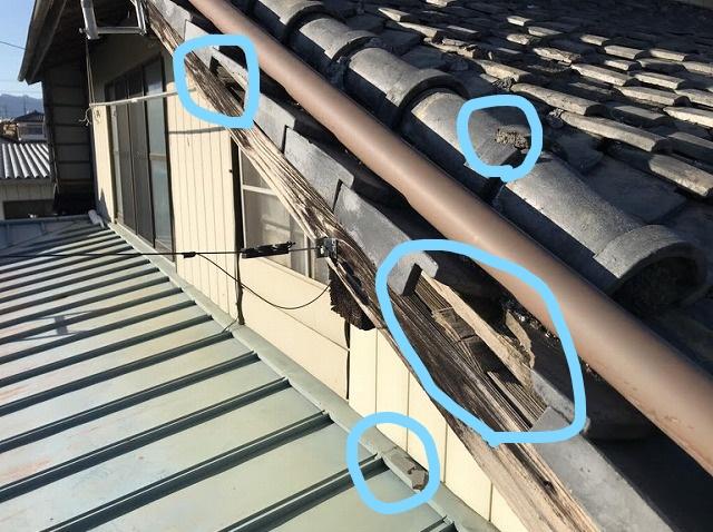 母屋の平瓦の欠損と降り棟のひび割れ