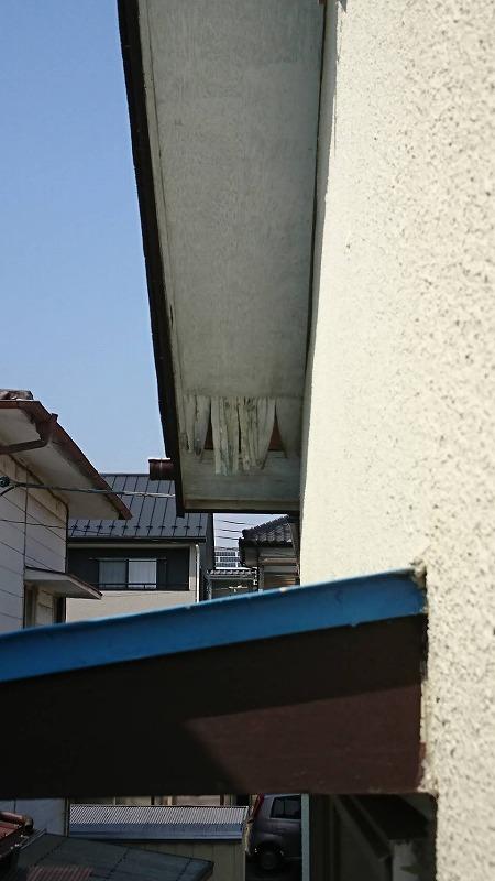表面が垂れ下がっている軒天井
