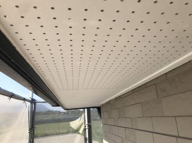 足場から見た軒天井のコーキング