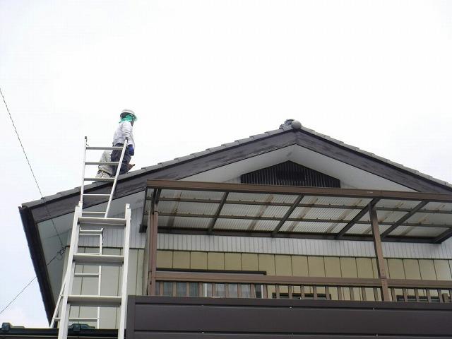 2階の屋根に瓦屋さん