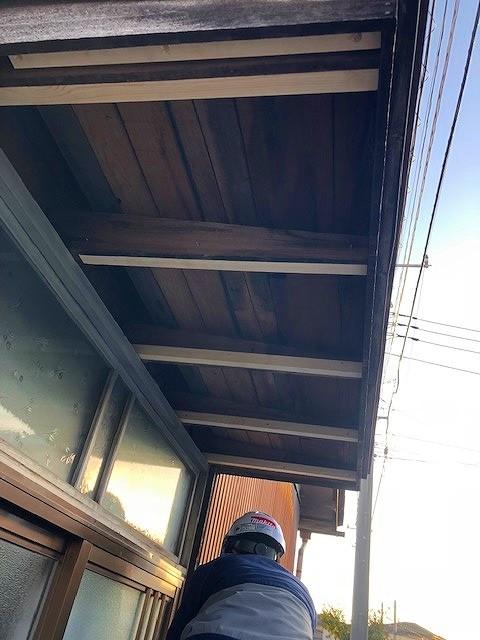 玄関軒天井間柱補強後