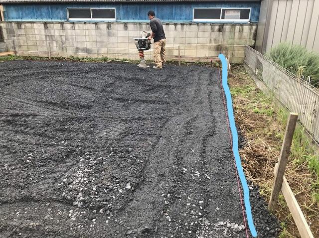 土間コンクリート用の砕石に転圧機をかけているところ
