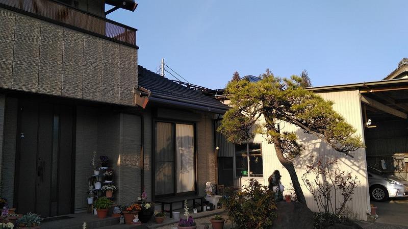 折板屋根の上の太陽熱温水器の土台