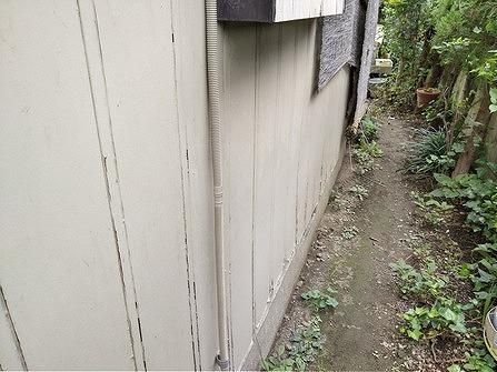 下の塗装の膜が剥がれている木製外壁