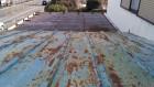 錆びだらけのトタンの瓦棒屋根と折板屋根