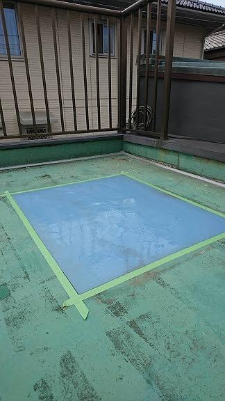 テープで四角く囲ってベランダのウレタン防水を補修工事