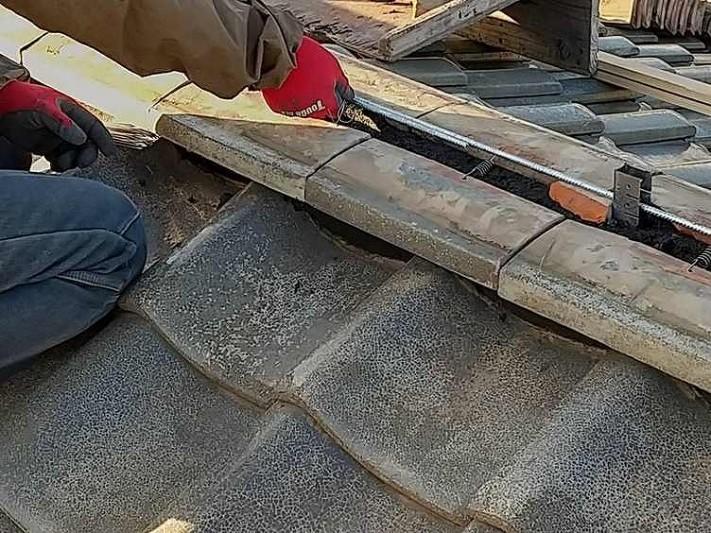 のし瓦一段目と耐震棟金具にステンレスの棒を通しているところ