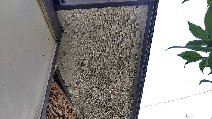 塗装がボロボロの軒天井
