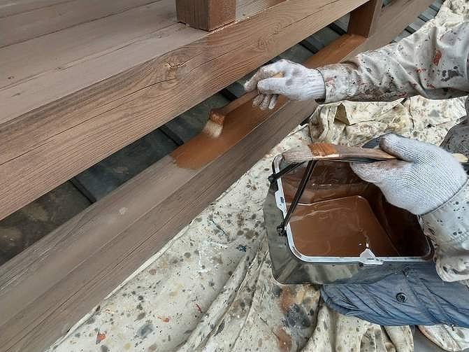 木製ベランダの土台部分の木材保護塗料の2度塗り
