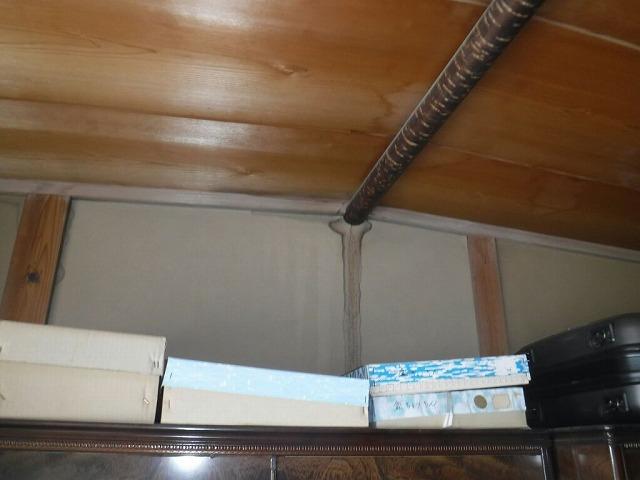 和室の天井中央の雨漏りのシミ