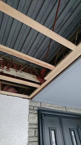 玄関左上の軒裏にケイカル板を張るための下地材