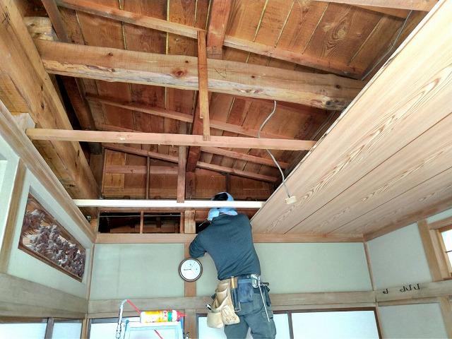 新しい和室天井を3列張っているところ