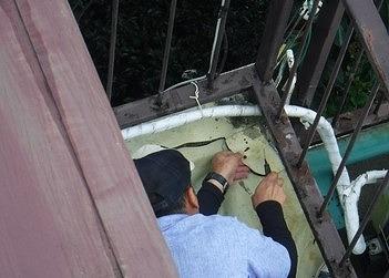 傷んだ防水シートを部分的にカット