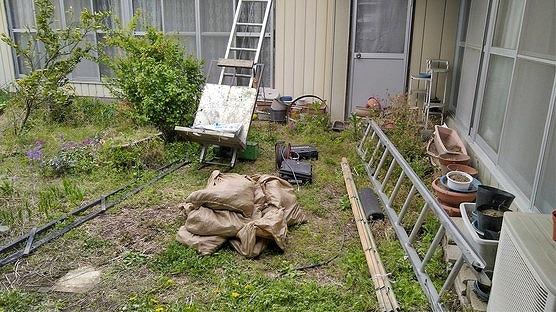 庭から見た土の袋