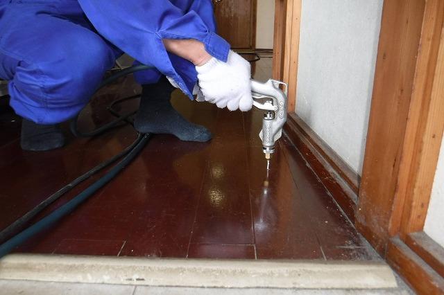 床下に防除薬剤噴霧処理