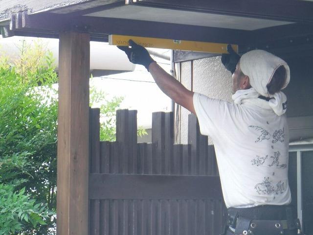 柱差し替え後に水平器を使って確認