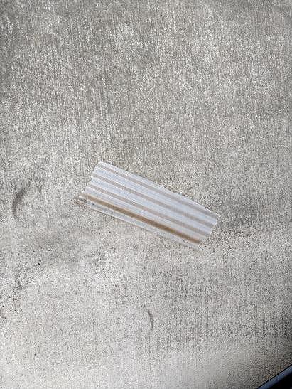 欠けて落ちた波板破片