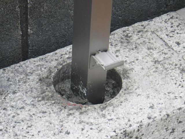 コア抜きした穴に支柱を入れて周りにコンクリート