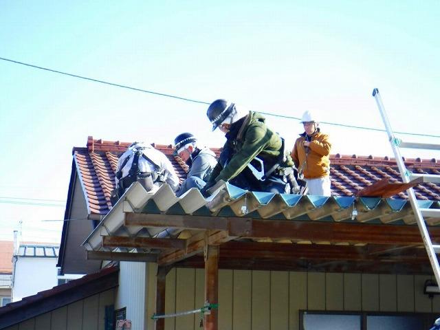 車庫に折板屋根を挿入