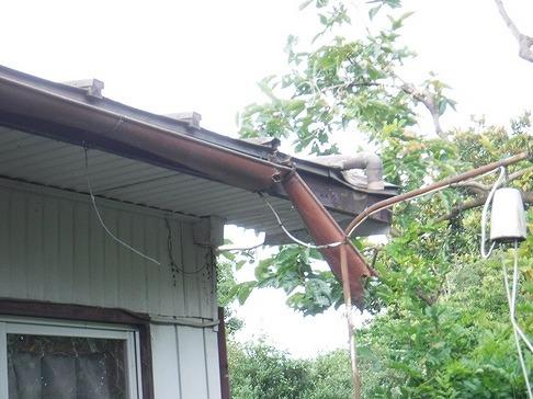 端の方が大きく折れ曲がった軒樋