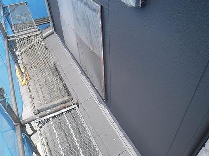 上塗りした後の下屋の上の壁