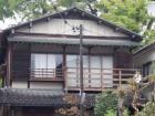木製の手すりのある家
