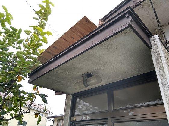 玄関の軒天井の黒ずみ