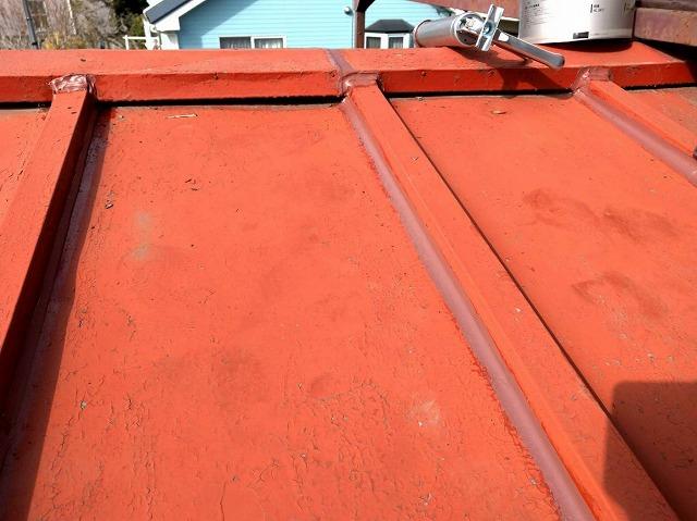 棟包み板と瓦棒と板金屋根のすき間にコーキング