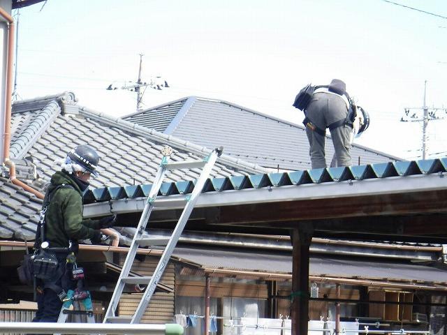 車庫の屋根ボルト緩め雨どい取り外し中
