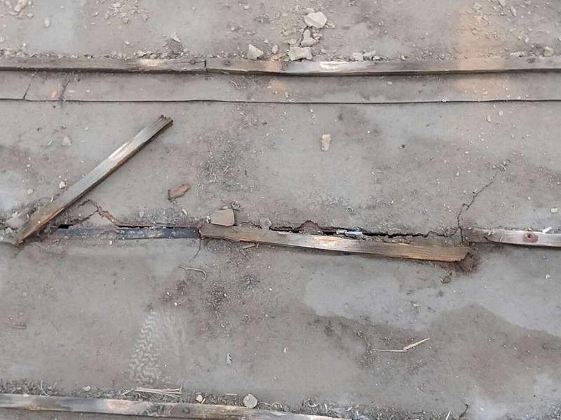 屋根の防水シート(ルーフィングシート)の裂け目