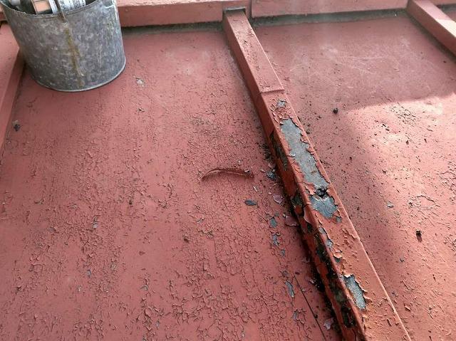板金屋根にケレンをかけて古い塗膜を剥がしているところ