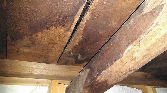 野地板と柱に雨漏りのシミ