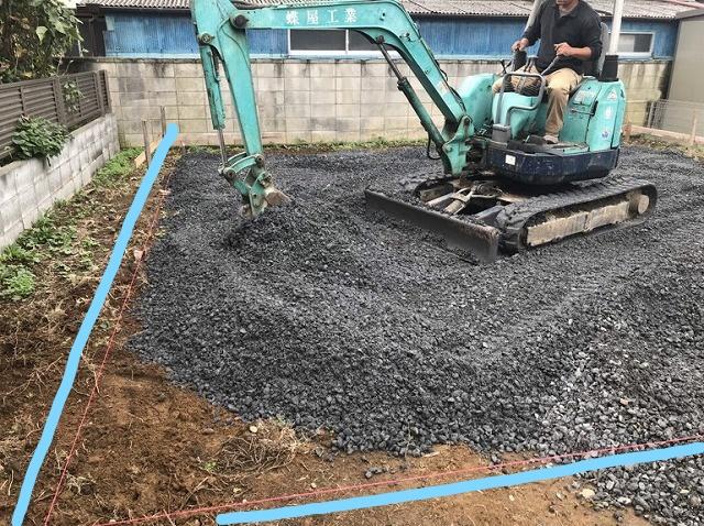 重機で土間コンクリート用の砕石を均しているところ