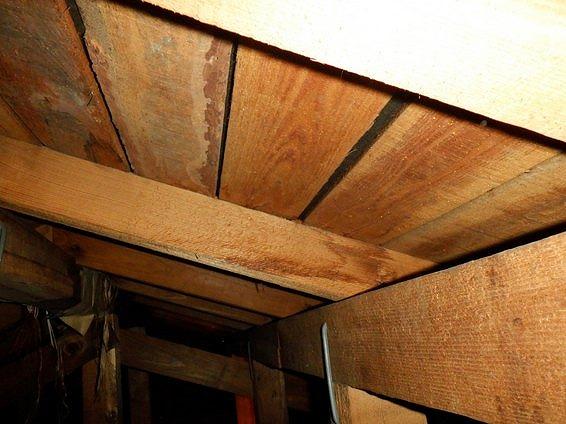 雨漏りによる垂木のシミ