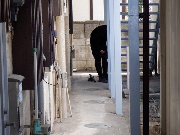 アパートの鉄骨の支柱の塗装後の掃除