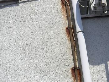 壁の配線の金具のサビ