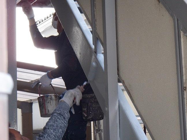 アパートの鉄骨の階段上塗り中