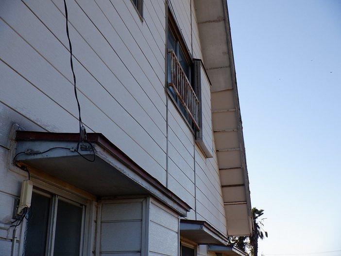 縦長に軒天井の剥がれと野縁の露出
