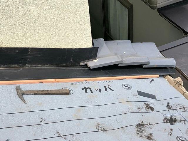 防水シートを張ったところに捨て谷板金と雨押え板金