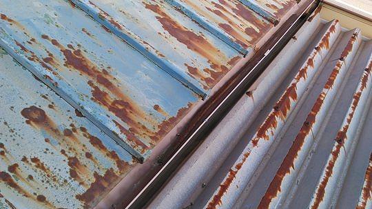 トタンの瓦棒屋根と折板屋根のサビ