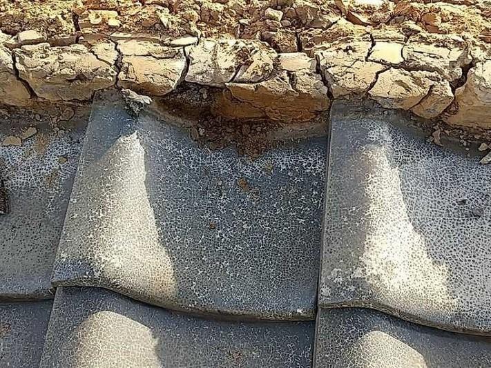 のし瓦を外した後の崩れた粘土