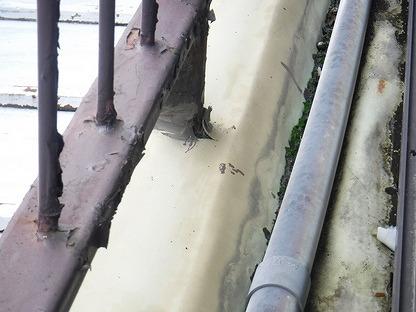 手すりの付け根のシート防水が切れている