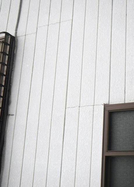 家の壁の横のひび割れ