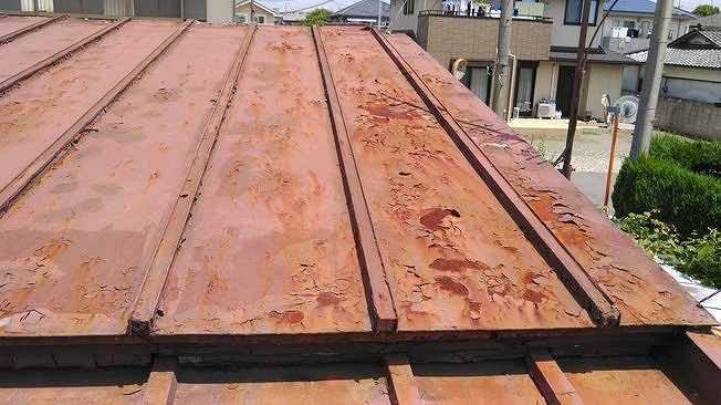 トタン屋根の塗装の剥がれと錆び
