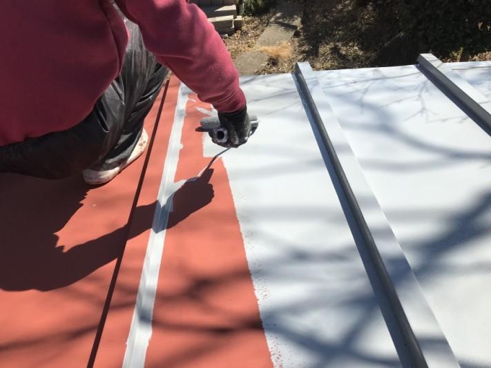 車庫の屋根の塗装中塗り