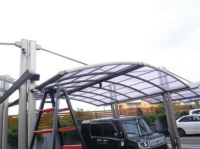 片屋根と片屋根でアーチ状になっているカーポート