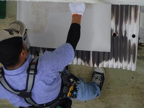 溶着材を防水シートに塗布中