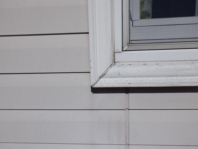 窓枠の目地のコーキングのひび割れ